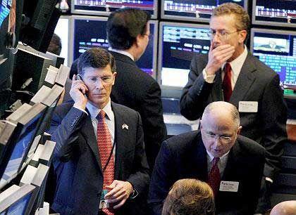 Kommt wieder der Chef? Vor zwei Wochen zeigte sich John Thain (l.), CEO der New York Stock Exchange (NYSE), am Tag nach dem bislang schwersten Kurssturz dieses Jahres demonstrativ auf dem Börsenparkett