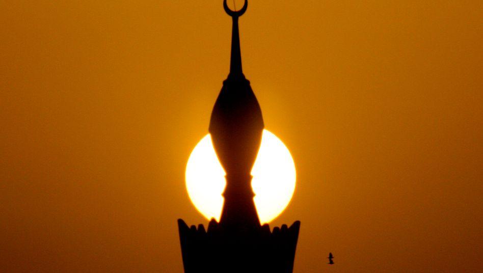Trügerische Ruhe? Moschee bei Sonnenuntergang in Riad, Saudi-Arabien