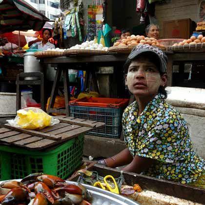 Fest für die Sinne: Verkäuferin auf einem Markt in Rangun