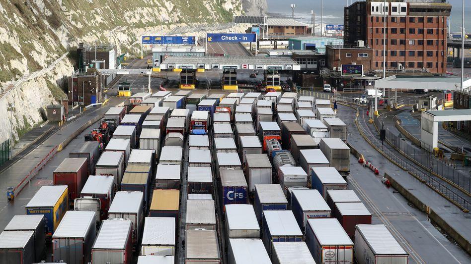 Es läuft nicht rund: Die langen Lkw-Schlangen an den Grenzen (wie hier in der britischen Hafenstadt Dover) haben sich zwar aufgelöst, aber die zusätzliche Bürokratie stellt die pan-europäische Lieferkette vor eine Zerreißprobe