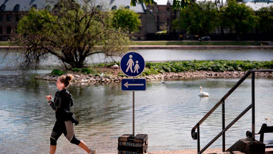 Neue Bedingungen: In Dänemark gibt es seit neuestem eine vorgeschriebene Laufrichtung für die Runde um Seen - aus Infektionsschutzgründen