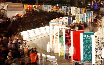 20 Jahre Mauerfall: Berlin feiert das Jubiläum mit einem künstlichen neuen Wall, der umgestoßen wird