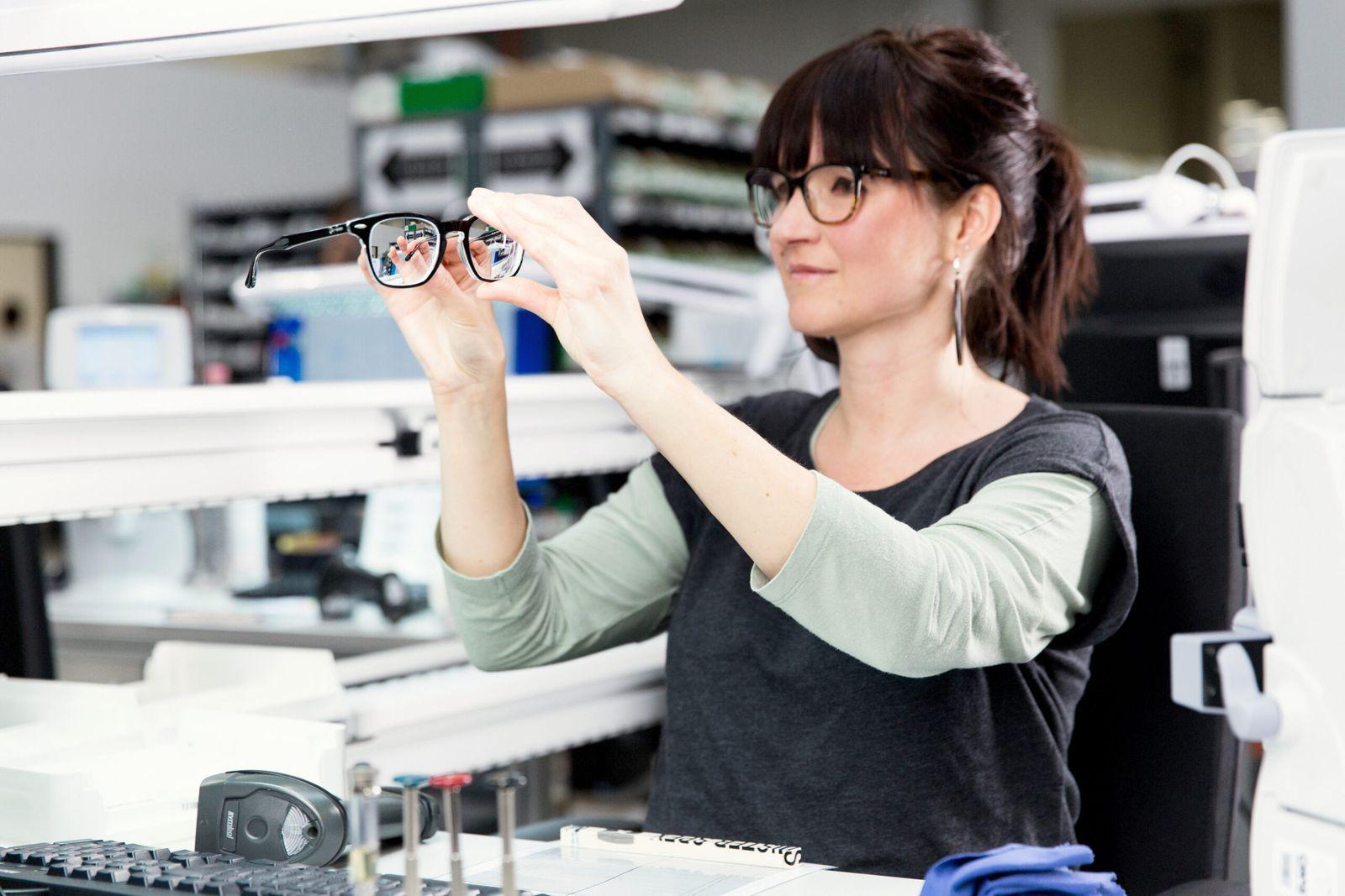 Endkontrolle-der-Brille-scaled