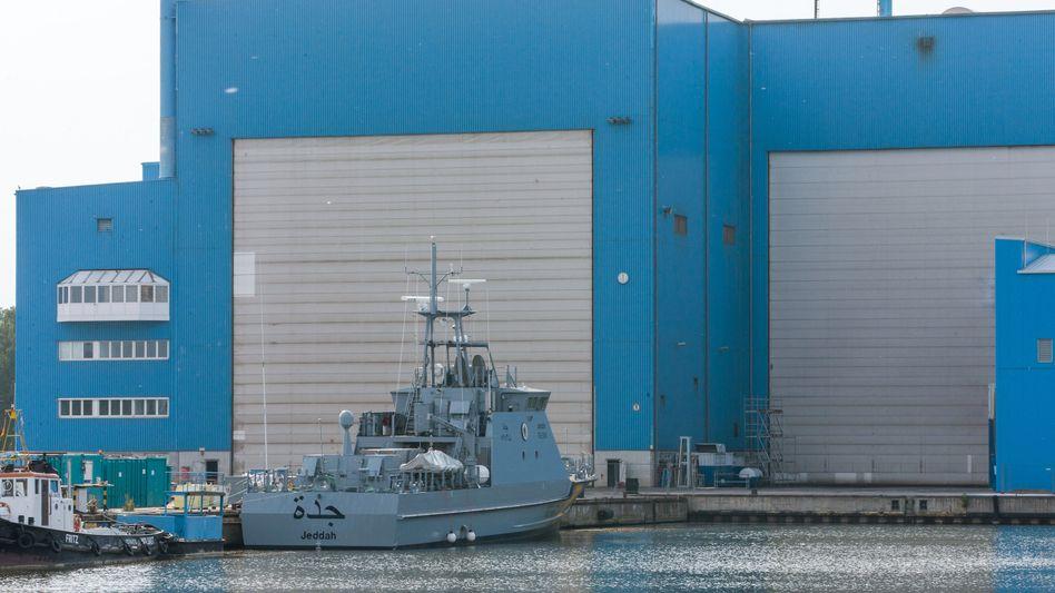 Ein Küstenschutzboot für Saudi-Arabien liegt in der zur Lürssen-Werftengruppe gehörenden Peene-Werft in Wolgast - und dürfte dort noch eine Weile bleiben
