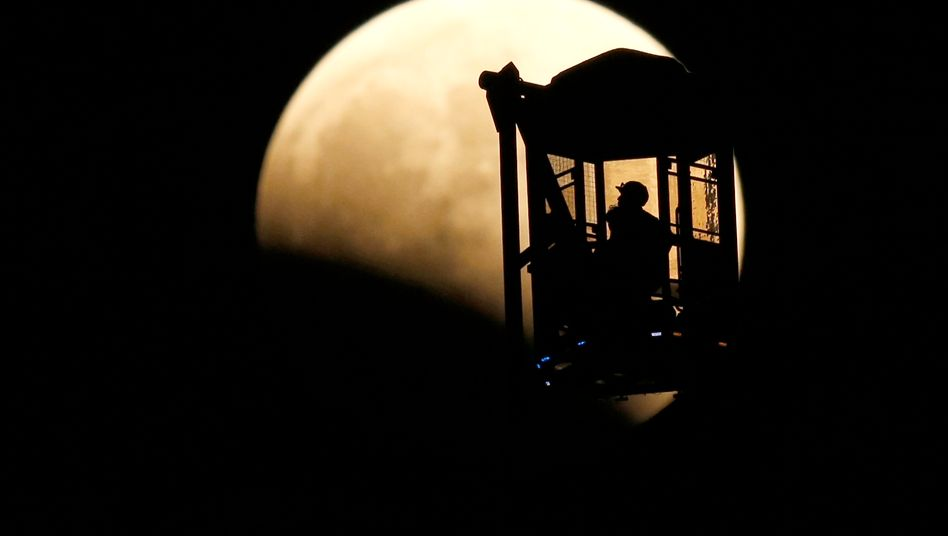 Sehnsuchtsort: Blick auf den Erdtrabanten während einer partiellen Mondfinsternis im Oktober