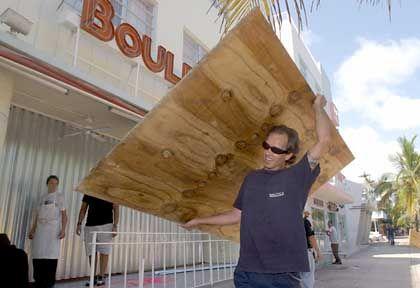 Hurrikanwarnung: Ein Bewohner von Miami Beach trägt eine Spanplatte zum Verrammeln von Fenstern und Türen nach Hause