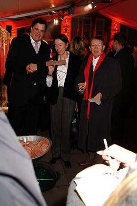 Symbolische Grundsteinlegung: Geschäftsführer Jan Henne De Dijn (l.), Katharina Trebitsch (m.) und Hark Bohm (r.) bei der Eröffnung der HSM