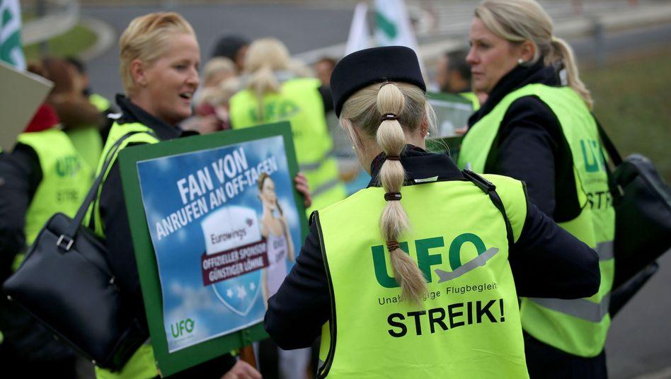 Streikende Mitarbeiter von Eurowings und Germanwings (Archivaufnahme)