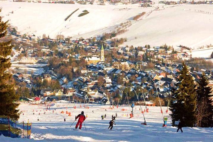 Kleines, aber feines Skivergnügen: Knapp 16 Pistenkilometer bietet das Skigebiet vor Ort. Runter nach Oberwiesenthal geht es entweder vom Fichtelberg oder der kleinen gleichnamigen Schwester.