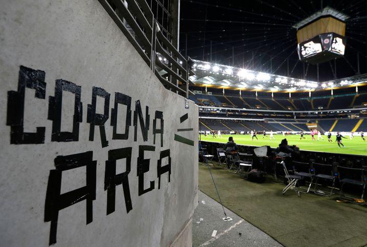 Die Deutsche Fußball Liga will bis Anfang April alle Spiele in der 1. und 2. Fußballbundesliga aussetzen