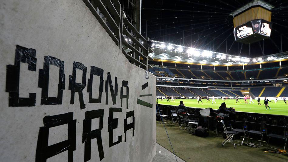 Spielpause: Der Ball rollt nicht mehr, doch die Kicker streichen weiter Millionen-Gehälter ein