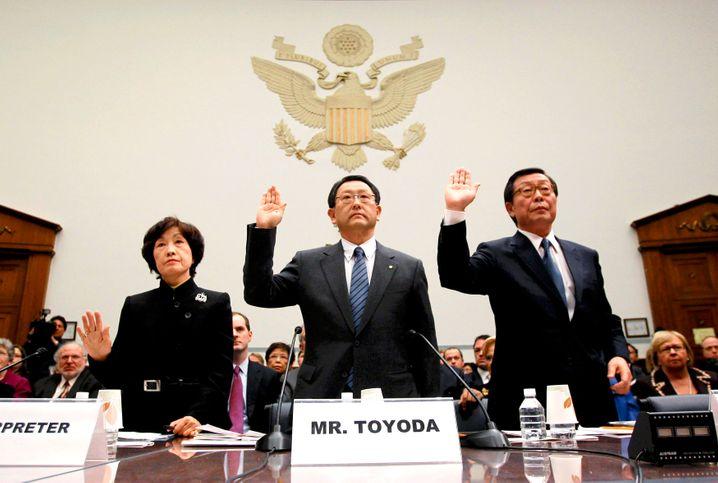 Vor dem US-Kongress: Toyota-Chef Akio Toyoda (Mitte) und sein US-Statthalter Yoshimi Inaba