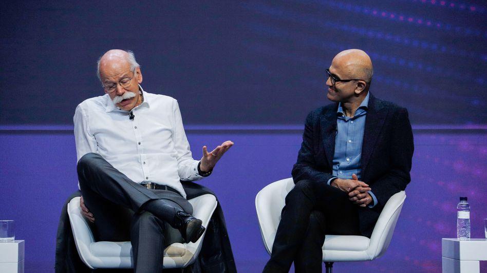 """Daimler-Chef Dieter Zetsche (l.), Microsoft-Chef Satya Nadella während einer Podiumsdiskussion im Zuge der der Technikmesse """"Mobile World Congress"""" in Barcelona"""