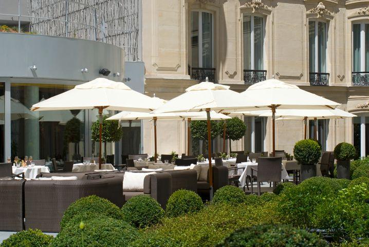 """Eine Oase im """"Triangle d'or"""", dem Goldenen Dreieck: Der Garten des 5-Sterne-Hotel Hôtel Fouquet's Barrière an der spannendsten Strassenecke der Champs-Élysées"""