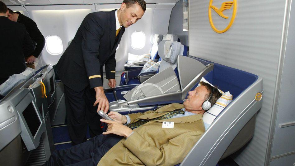 Flugbegleiter der Lufthansa: Die Airline sieht einen Personal-Überhang von 22.000 Stellen