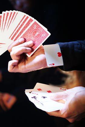 Trick 2: Verdeckte Zahlungen Der Vorwurf: Das Bankhaus Gries & Heissel ließ sich von der Finanzfirma New York Broker Geschäft vermitteln und teilte die Provisionen mit dem Vermögensverwalter. Den Anlegern blieben diese so genannten Kick-backs verborgen. Die Folgen: Weil die Bank die Zahlungen verschwieg, haftet sie für die Verluste, die New York Broker bei diesen Kunden anrichtete. Die Bank geht gegen das Urteil des Landgerichts Düsseldorf in Berufung.