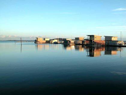 Panoramaansicht: Zwölf Ferienhäuser sind am Steg festgemacht