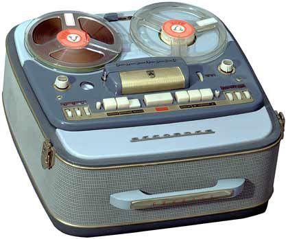 """Der Tonbandkoffer TK830 wird 1958 der """"Hit des Jahres"""". Er kostete 965 Mark."""