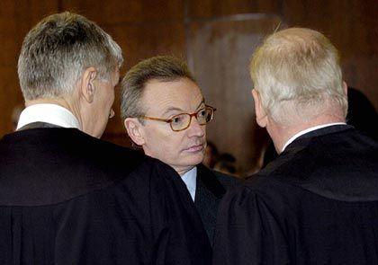 Konzentriert: Klaus Esser im Gespräch mit seinen Anwälten Sven Thomas und Jürgen Welp