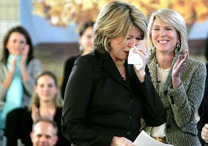 """""""Menschen müssen aufeinander Acht geben"""": Martha Stewart, überwältigt, bei ihrer triumphalen Rückkehr in die Firma nach fünf Monaten Haft"""