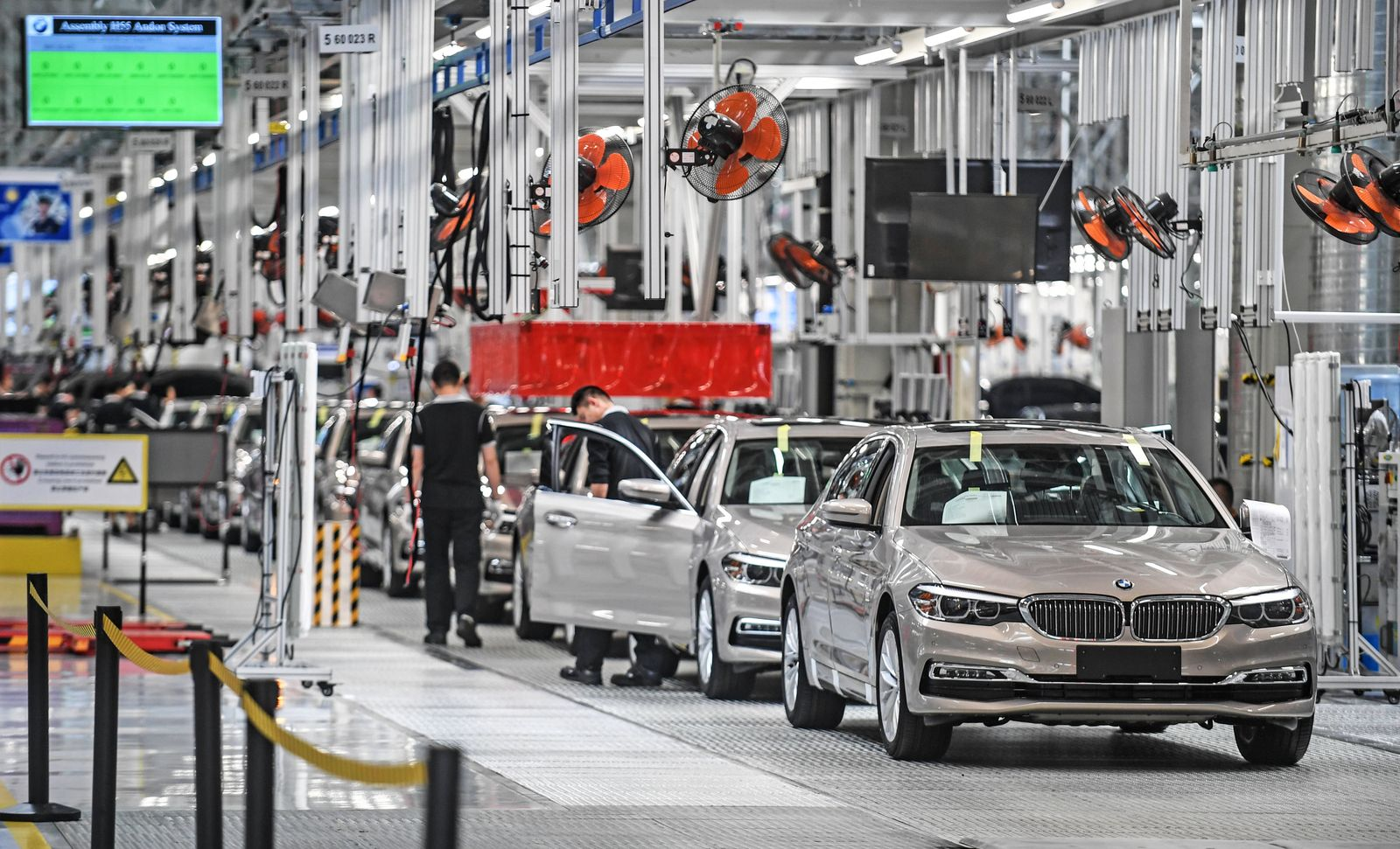 (200916) -- BEIJING, Sept. 16, 2020 -- File photo taken on May 23, 2018 shows employees working at the production line o