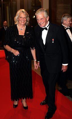 Die Queen wartet: Walther Leisler Kiep am 2. November 2004 in Begleitung von Beate Lindemann (Geschäftsführerin der Atlantik-Brücke) auf dem Weg zum Staatsbankett für die britische Königin Elizabeth II. im Zeughaus in Berlin