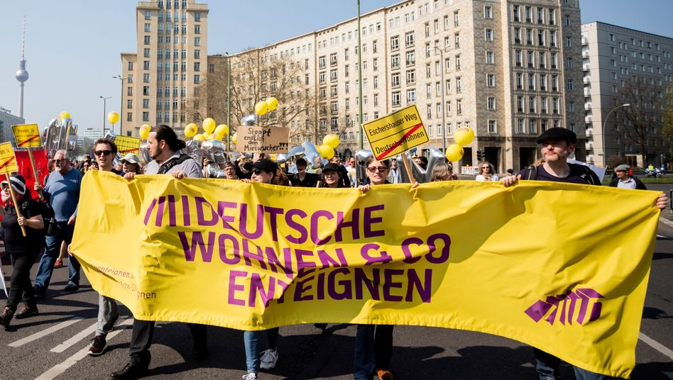 Demonstrationszug gegen steigende Mieten auf der Berliner Karl-Marx-Allee