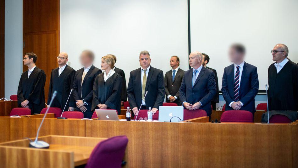 Im Landgericht Bonn hat der erste Cum-Ex-Prozess begonnen. Den beiden angeklagten Ex-Aktienhändlern wird schwere Steuerhinterziehung vorgeworfen: Sie sollen zwischen 2006 und 2011 einen Steuerschaden von mehr als 440 Millionen Euro verursacht haben