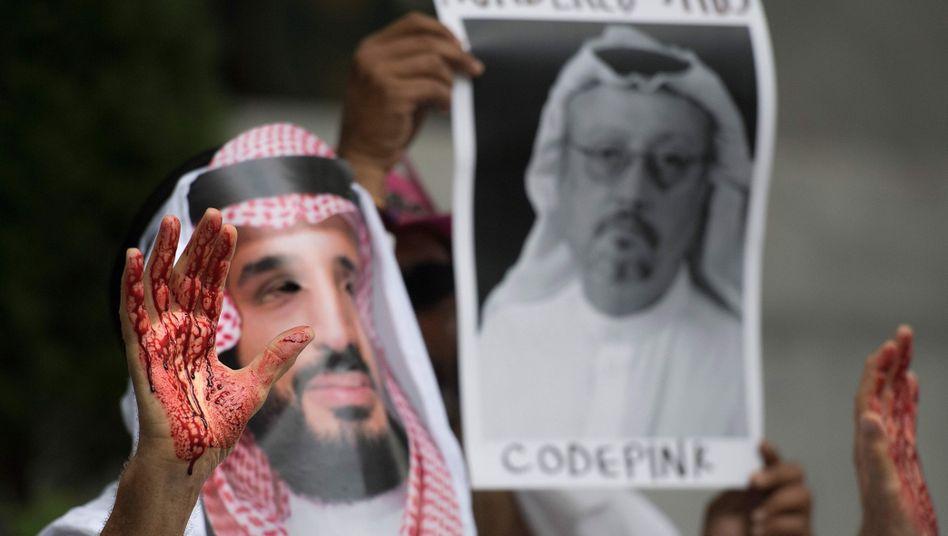 Proteste vor der saudischen Botschaft: Ein Demonstrant, der sich als Kronprinz Mohammed bin Salman (MBS) verkleidet hat, zeigt Blut an seinen Händen. Ermittler gehen Hinweisen nach, dass der saudische Journalist Jamal Khashoggi in der saudischen Botschaft in Istanbul ermordet wurde