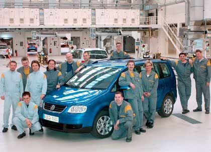 Volkswagen - Seit Anfang September ist es amtlich: Europas größter Autobauer will 10.000 Stellen einsparen. Der Betriebsrat ist durch einen Sex-Skandal geschwächt und hat Verhandlungsbereitschaft signalisiert. Dass erst ein Jahr zuvor eine Beschäftigungsgarantie bis 2011 als Gegenleistung für eine zweijährige Einkommensnullrunde gegeben wurde, soll kein Hindernis sein. Bereits seit einigen Jahren ist es Strategie des Hauses, möglichst viele Mitarbeiter aus dem sehr arbeitnehmerfreundlichen Haustarifvertrag hinaus zu komplimentieren. Dabei machte die Auto 5000 GmbH (Foto) Furore, die, als Instrument der Arbeitsplatzsicherung verstanden, eine deutlich kargere Entlohnung bietet.