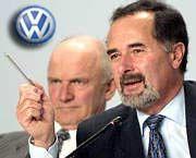 """""""Davon wird die ganze VW-Organisation lernen"""" VW-Chef Pischetsrieder (im Bild rechts) über den Luxuswagen Phaeton"""