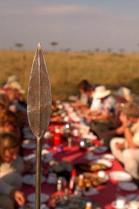 Geschütztes Frühstück: Speere an allen vier Ecken des Tisches halten die fliegenden Räuber fern