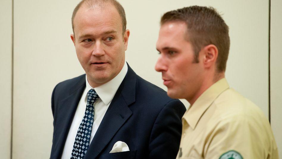 Verurteilt, aber noch nicht endgültig: Gerhard Gribkowsky (l.) mit Justizbeamten