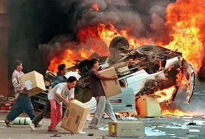 Folge der Währungskrise: Plünderung in der indonesischen Hauptstadt Jakarta im Mai 1998