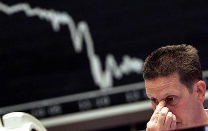 Gedrückte Stimmung: Der Dax taucht nach schwachen Vorgaben von der New Yorker Wall Street ab, kann sich am Nachmittag aber wieder fangen