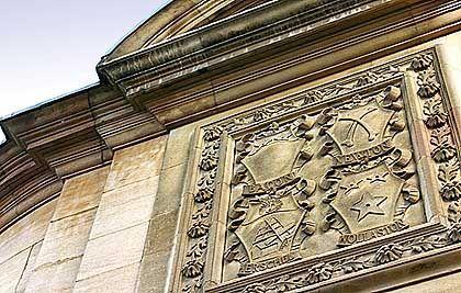 An der Fassade des alten Cavendish Labors: die Wappen berühmter Wissenschaftler