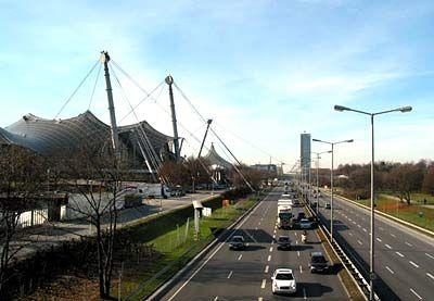 """Sichtkontakt mit dem Olympiazentrum: Nur die Hauptverkehrsstrecke """"Mittlerer Ring"""" trennt das Hochhaus von dem Fußballstadion"""