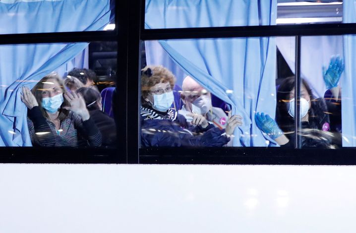 "US-Passagiere des Kreuzfahrtschiffs ""Diamond Princess"" verlassen das Schiff"