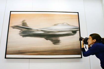 """Königsklasse: Sammler lieben Malerei - vor allem die nach Fotovorlagen geschaffenen Schönheitsdrogen von Richter. Sein """"Düsenjäger"""" von 1963 erzielte bei der New Yorker Abendauktion im November 2007 bei Christie's den Rekordpreis von 7,7 Millionen Euro."""