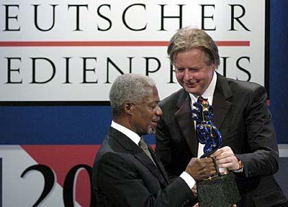 """Gesellschaftsgröße: Kögel beim """"Deutschen Medienpreis"""" mit UNO-Generalsekretär Kofi Annan"""