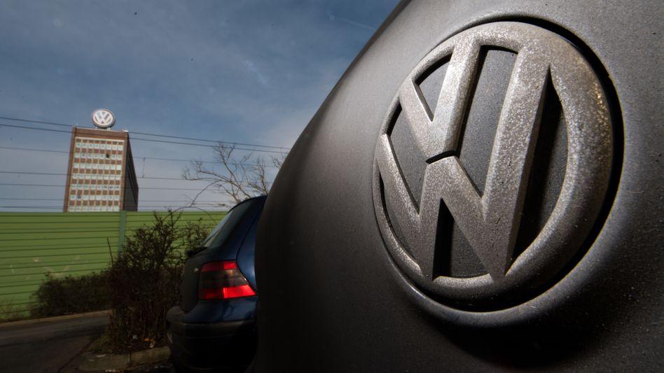 VW-Logo in Wolfsburg: Der Abgasskandal beschäftigt noch immer die Gerichte - und zahllose Anwälte.