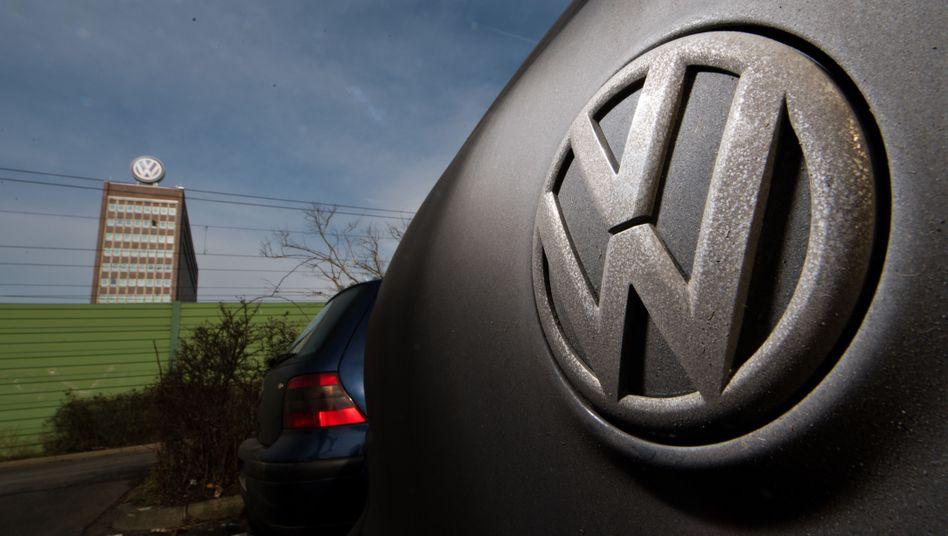 VW Golf beim Stammwerk des Herstellers in Wolfsburg: Volkswagen hat sich im Dieselskandal mit vielen Tausend Kunden auf einen Vergleich geeinigt.