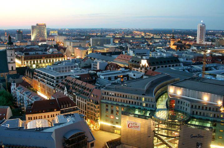 Leipzig: In keiner anderen deutschen Großstadt wächst die Wirtschaft so dynamisch. Die Gentrifizierung ist in vollem Gange. BMW, Porsche und DHL ziehen junge Mitarbeiter an, und die sanierten Altbauwohnungen finden reißenden Absatz
