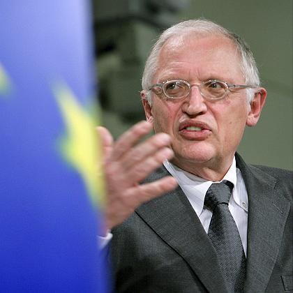Als Kommissar für Unternehmen und Industrie ist Günter Verheugen seit 2004 auch Vizepräsident der EU-Kommission. In der Wahlperiode zuvor war er Kommissar für die Erweiterung der EU. Ausgebildet wurde der heute 64-Jährige als Journalist, danach studierte er Politologie, Geschichte und Soziologie. Bis 1982 war Verheugen Generalsekretär der FDP. Nach dem Bruch der sozialliberalen Koalition in der Bundesregierung wechselte er zur SPD, wo er in der Bundestagsfraktion wie in der Partei schnell Karriere machte und viele strategisch wichtige Posten besetzte. Zu Beginn der rotgrünen Koalition, bis 1999, war er Staatsminister im Auswärtigen Amt.