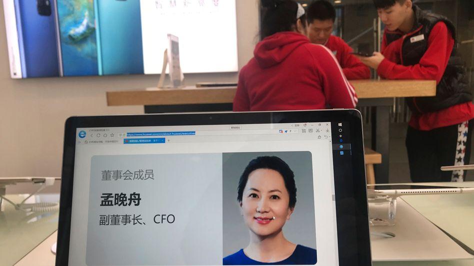 Das Profil von Meng Wanzhou auf einem Tablet: Die Finanzchefin des Konzerns und Tochter des Huawei-Gründers wurde in Kanada auf Geheiß der USA festgenommen