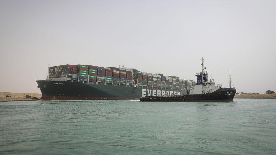 """Festgefahren: Die """"Ever Given"""" stört mit ihrem Unfall den Welthandel"""