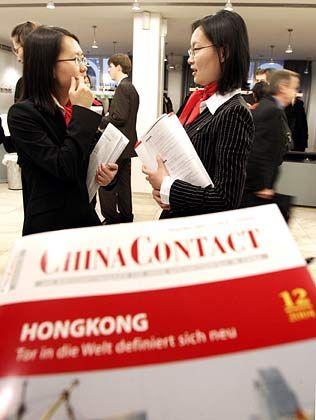 """BU: Chinesische Teilnehmerinnen der Veranstaltung """"The Hamburg Summit"""" unterhalten sich am Freitag (26.11.2004) in der Hamburger Handeskammer"""