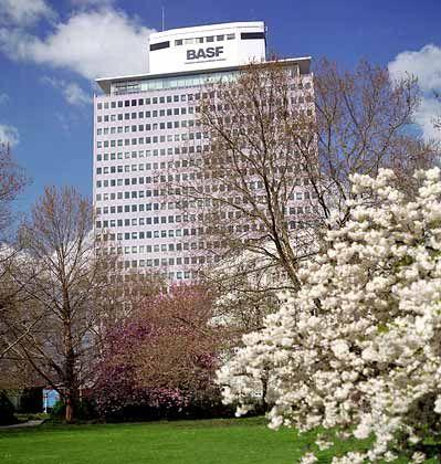 Höhe als alleiniges Architekturkriterium: Beim BASF-Turm in Ludwigshafen sucht man vergeblich nach identifizierenden Elementen. Der Bau entstand im Jahr 1957 nach Plänen des Architekturbüros HPP Hentrich, Pentschnigg & Partner.