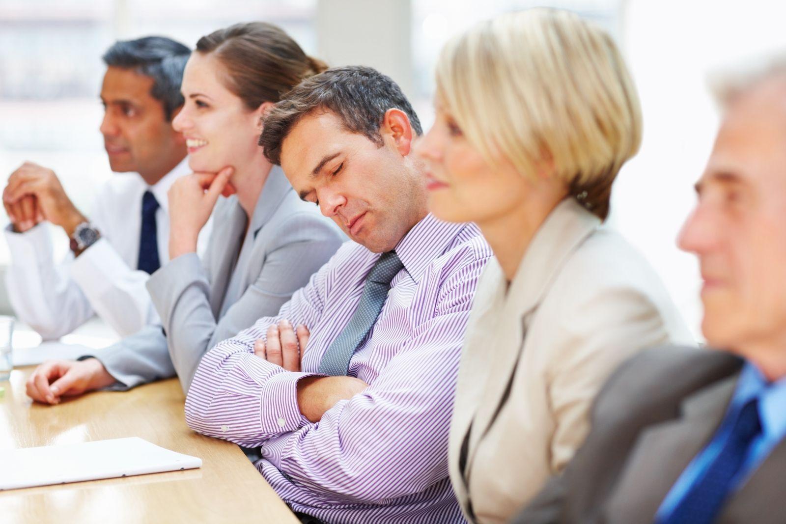 EINMALIGE VERWENDUNG Teamarbeit / Meeting / Besprechung / müde / faul