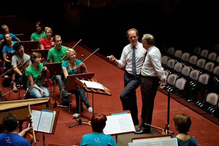 Raphael von Hoensbroech mit Seminarteilnehmer beim Workshop in der Alten Oper Frankfurt, gemeinsam mit der Jungen Deutschen Philharmonie